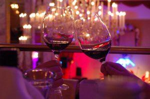 Glas zum Wein Haltung
