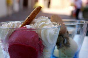 Glas mit Rotweineis und weiteres Eissorten und Eiswaffel