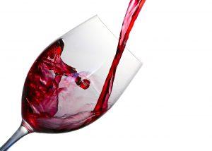 Ein Rotweinglas wird befüllt. Ein Drittel Füllung ist optimal für ein Weinglas