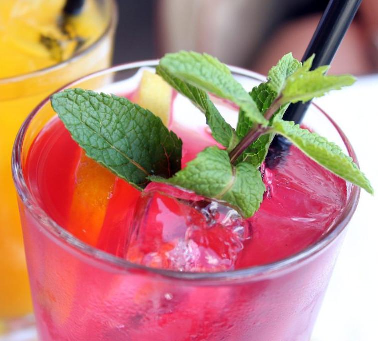 Cocktail mit roter und gelber Färbung. Longdrink mit Wein
