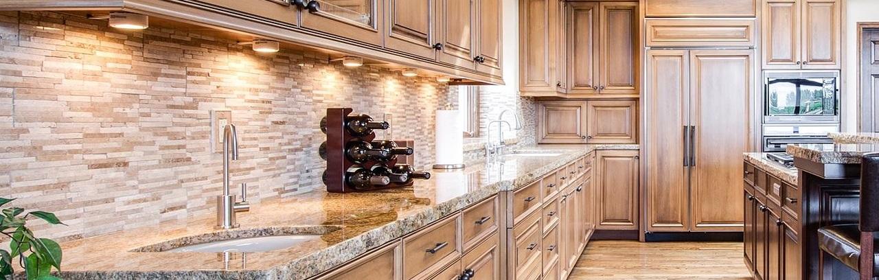 Rustikale Küche mit einem kleinen Weinregal auf der Arbeitsplatte