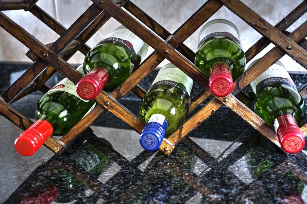 Offenes Weinregal für liegende Weinflaschen