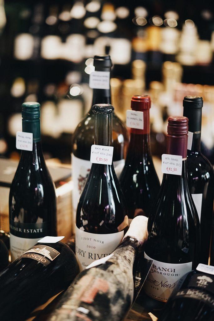 Bepreiste Weinflaschen auf einem Weinregal stehend
